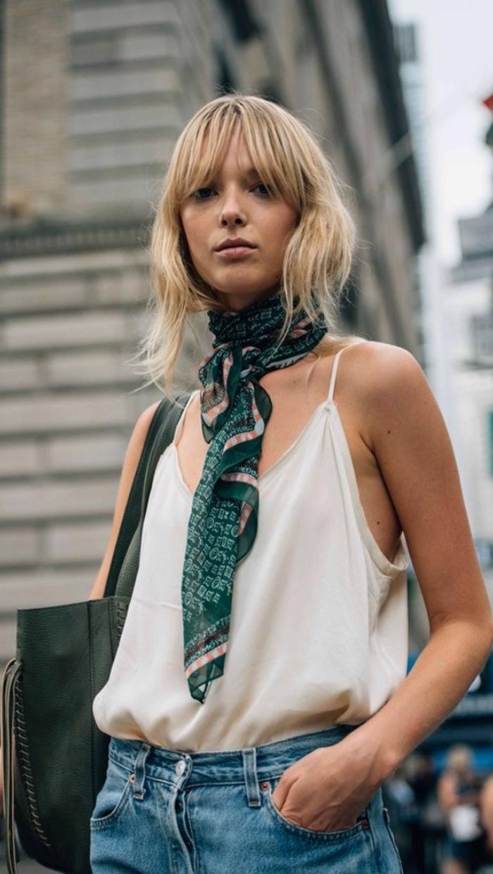 como ponerse un pañuelo en el cuello, bonitas ideas de outfit moderno, vaqueros old school, top blanco, pañuelo de seda