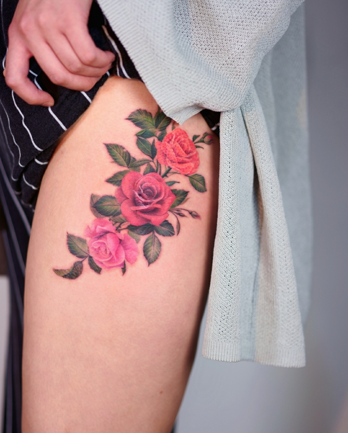 diseños tatuajes old school para mujeres, precioso tatuaje con motivos florales en la cadera