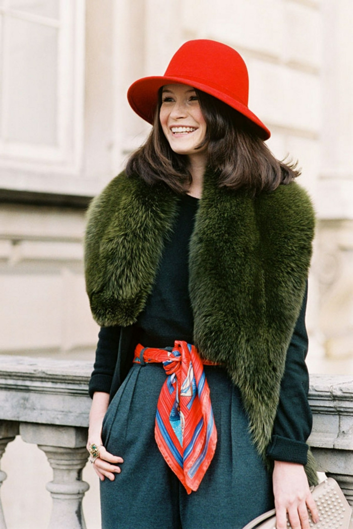 originales propuestas sobre como ponerse una bufanda, pantalones gris, jersey verde, sombrero rojo, pañuelo de seda