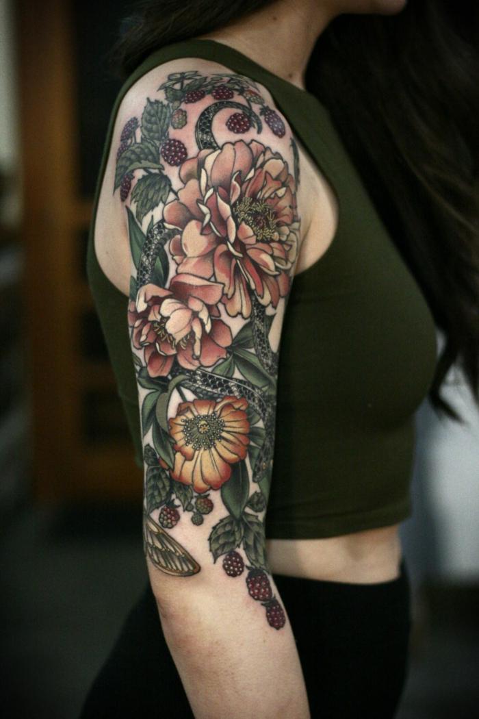tatuajes en el brazo con motivos florales, brazo entero tatuado en estilo old school, motivos florales