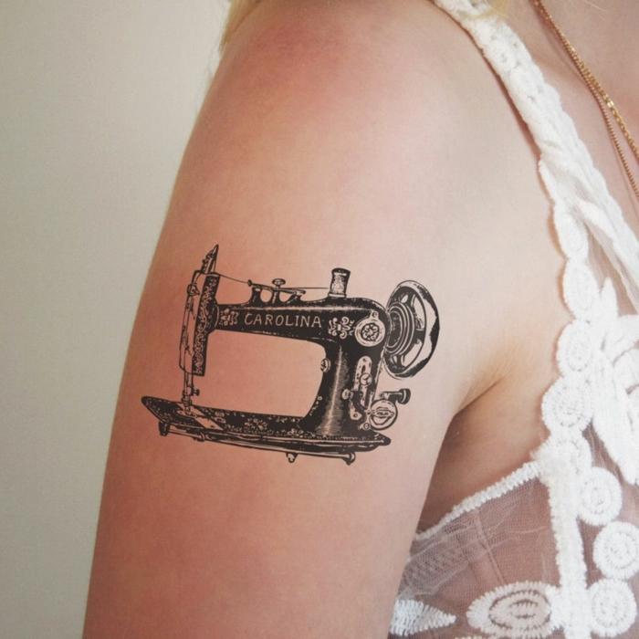 tatuajes en el brazo tradicionales, diseño vintage, máquina de cocer antigua, tatuaje en el brazo mujer