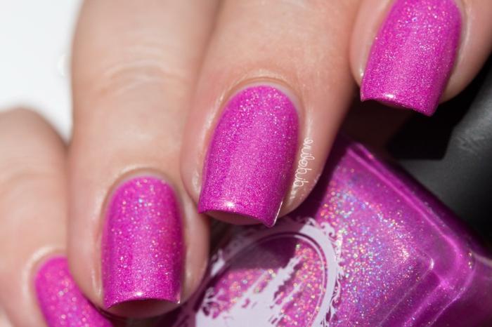 como hacer uñas acrilicas modernas, uñas de forma cuadrada pintadas en color fucsia con partículas brillantes