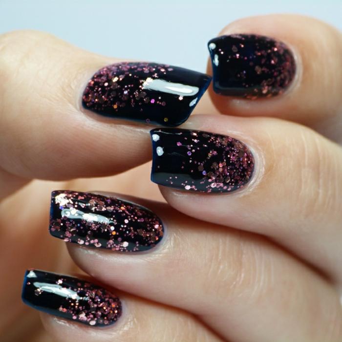 uñas de acrilico modernas y elegantes, uñas de forma cuadrada largas pintadas en negro con decoración con partículas brillantes