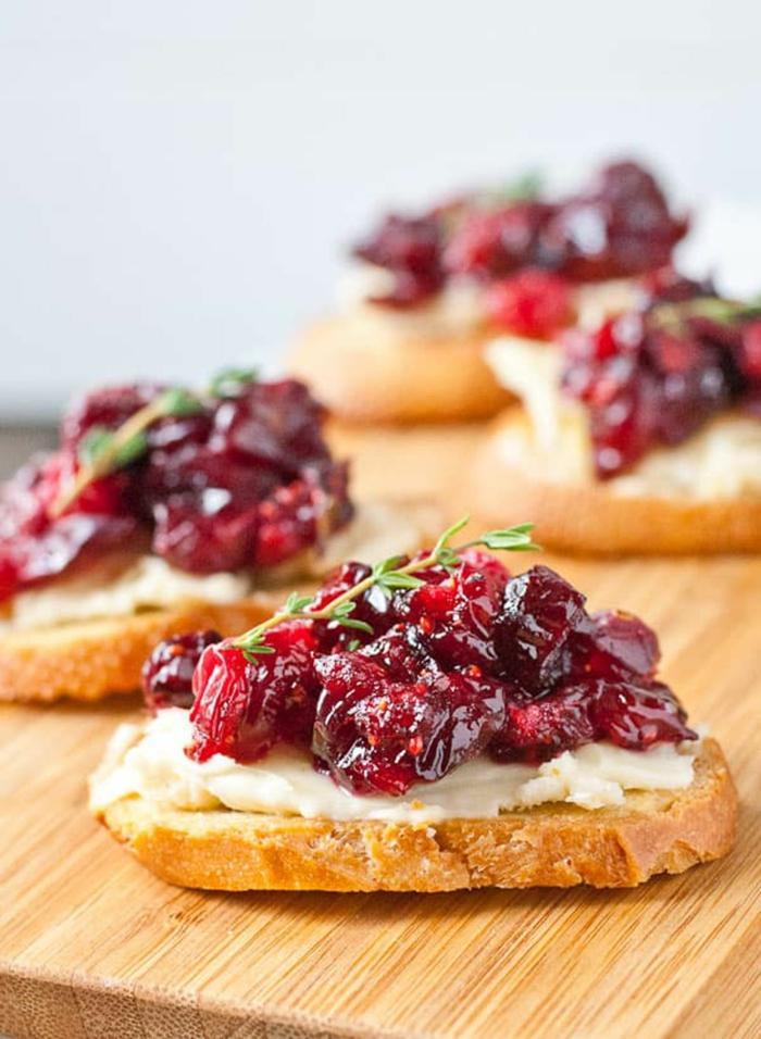 tostadas con queso crema y mermalada de frutas rojas, canapés navideños para hacer en casa con recetas