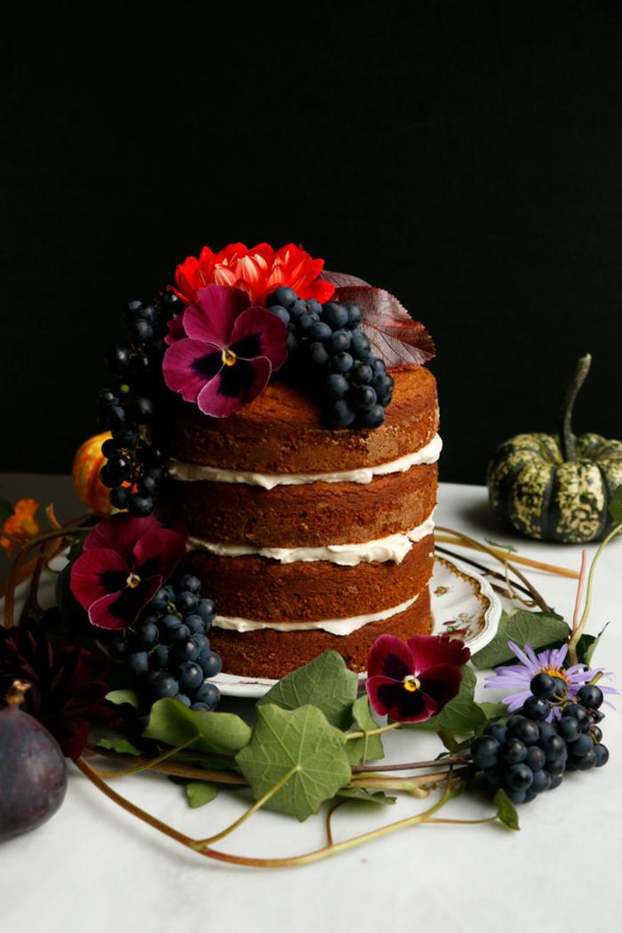tarta vegana decorada de manera adorable, postres veganos paso a paso, bizcocho casero vegano