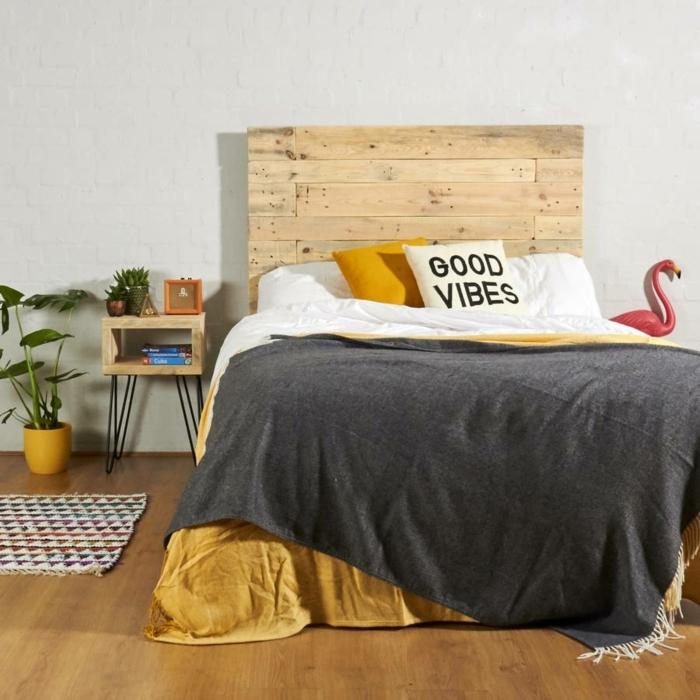 precioso dormitorio decorado en estilo boho chic, muebles de palets originales, cama con cabecero DIY