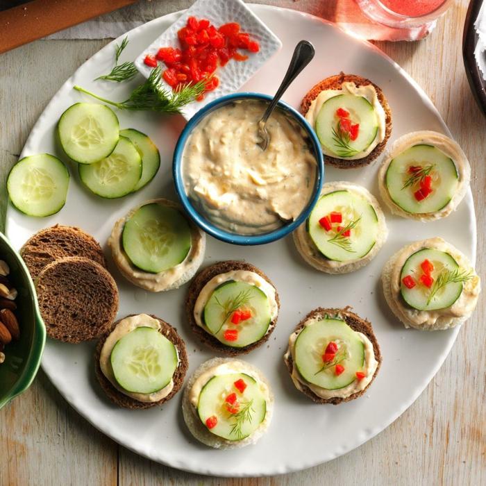ideas de aperitivos frios, pan tostado con salsa de yogur, pepinos, pimientos, tostadas ricas para hacer en caso