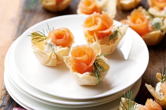 propuestas de canapes frios con salón, rosas de salmón con eneldo fresco, yogur y salmón ahumado