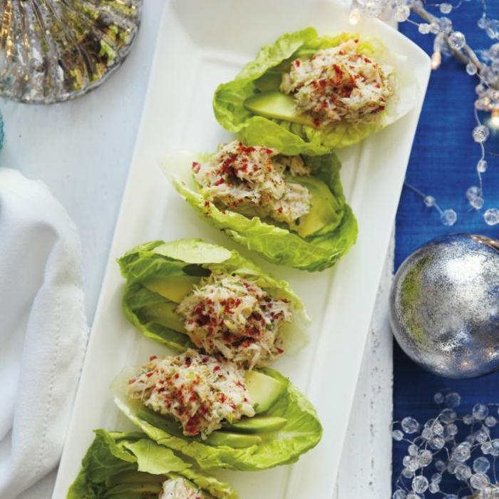 canapes navideños fáciles rápides y super ricos, hojas de lechuga verde con agiacate, salmón y atún