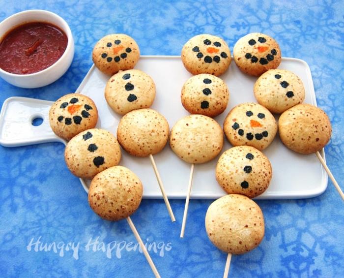 originales propuetas de canapes frios, galletas saladas con salsa picante, comida decorada Navidad