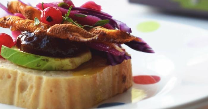 ideas de entrantes frios en fotos, tostadas con aceite de oliva, aguacate, mermelada, cebolla roja