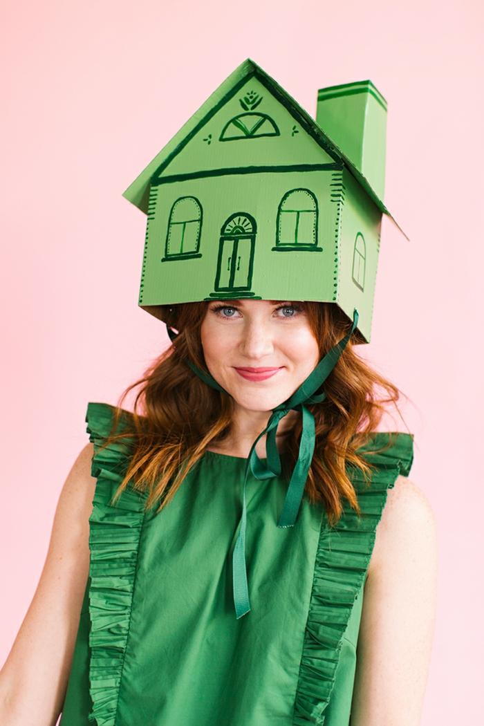 ideas de disfraces de halloween caseros, disfrace casero en verde, caja de cartón verde, ideas super sencillas y originales disfraces Halloween