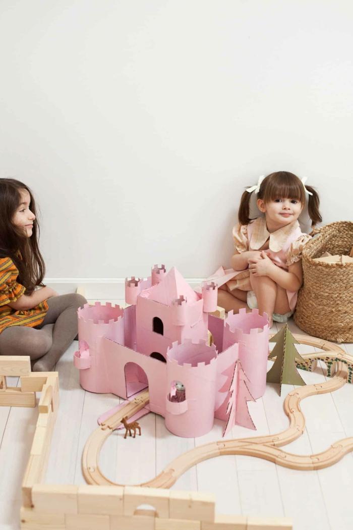 como decorar una caja de carton, ideas de reciclaje de cartón, castillo de cartón grande en rosado