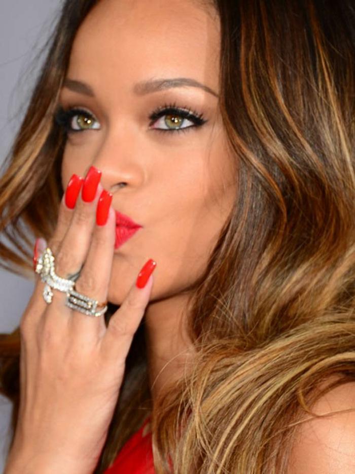 Rihanna con uñas largas en acrílico pintadas en rojo, bonitas ideas sobre como hacer uñas acrilicas