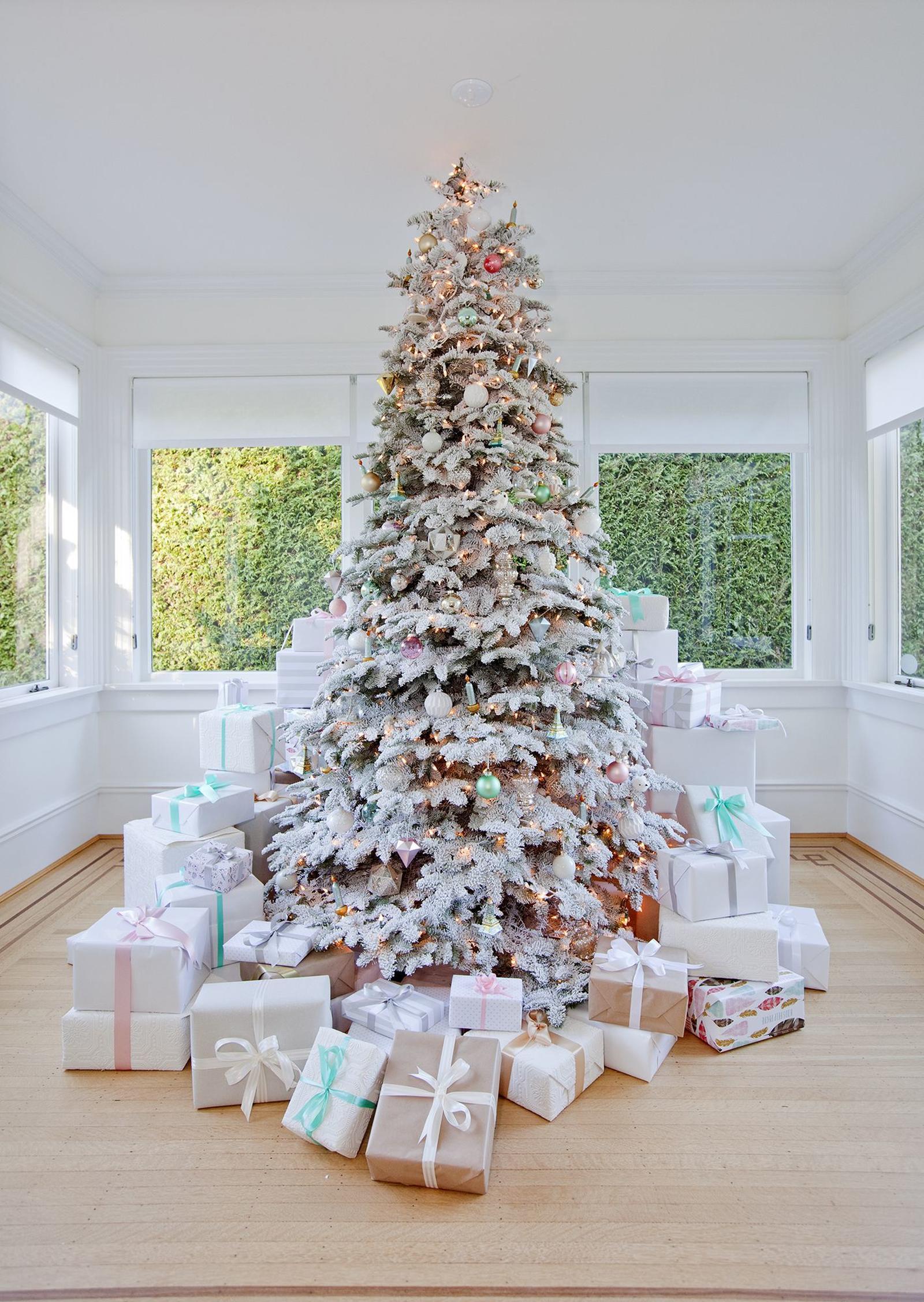 preciosa decoración de árbol navideño en tonos pasteles, árbol artificial en blanco con efecto de nevado