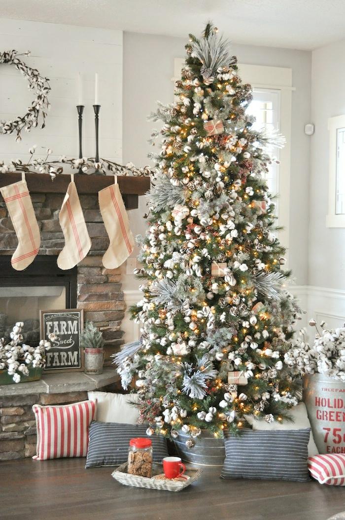 como adornar un arbol de navidad de manera elegante, árbol de navidad decorado con muchos adornos