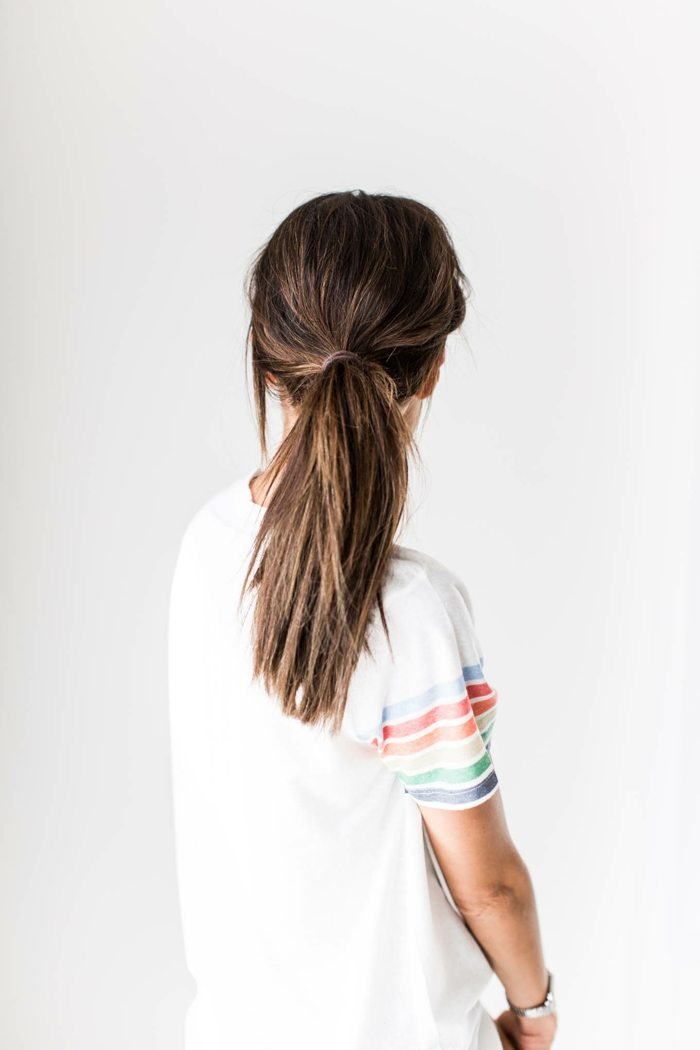 coleta baja con volumen y efecto despeinado, ideas de peinados mujer super fáciles de hacer