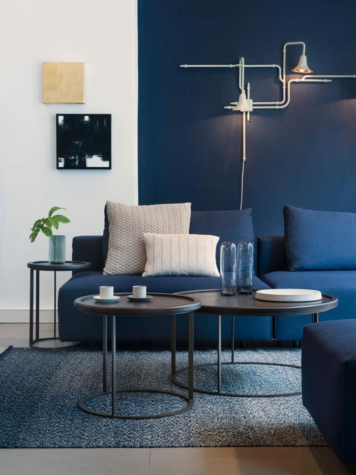 ideas de pintura salon dos colores, pequeño salón acogedor pintado en blanco y azul oscuro, muebles modernos de diseño