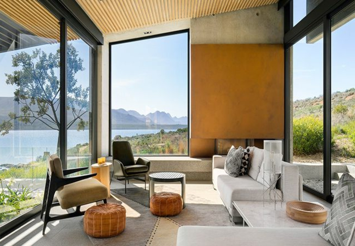 como pintar una habitacion de dos colores, ambiente decorado en estilo contemporáneo con grandes ventanales, techo inclinado y decoración minimalista