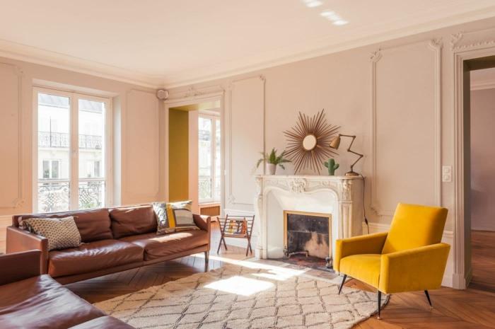 como pintar una habitacion de dos colores, espacio decorado en estilo vintage, paredes en rosado claro, sillon color mostaza