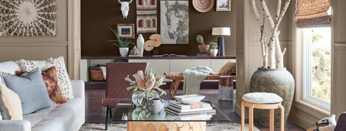 propuestas sobre como pintar una habitacion de dos colores, salón abierto, paredes en beige y marrón, muchos objetos decorativos