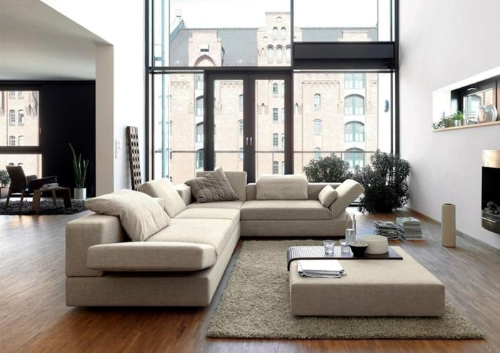 decoración de interiores 2019, precioso salón con paredes blancas y muebles color blanco roto, grandes ventanales con bonita vista