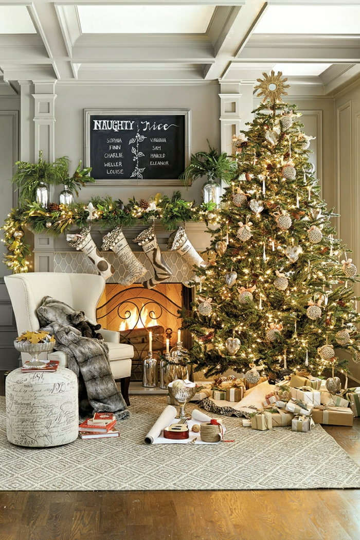 como adornar un arbol de navidad en dorado, preciosa decoración estilo rústico moderno, chimenea de leña