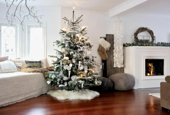 ideas sobre decoración navideña en estilo nórdico, como adornar un arbol de navidad con velas y adornos blancos