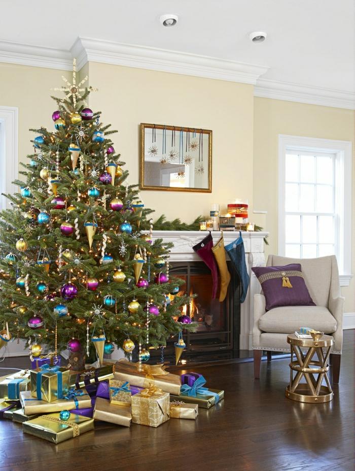adorable decoración en morado, dorado y azul, como adornar un arbol de navidad para un salón moderno