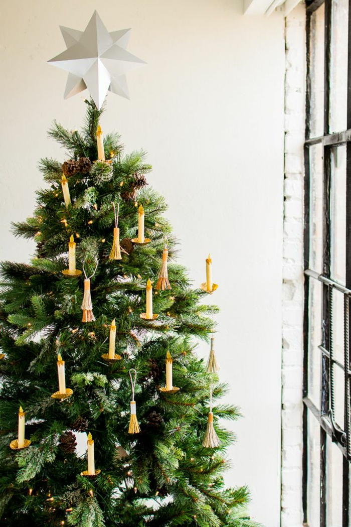 tendencias 2018 sobre como adornar un arbol de navidad, árbol de navidad artificial con adornos navideños en forma de velas