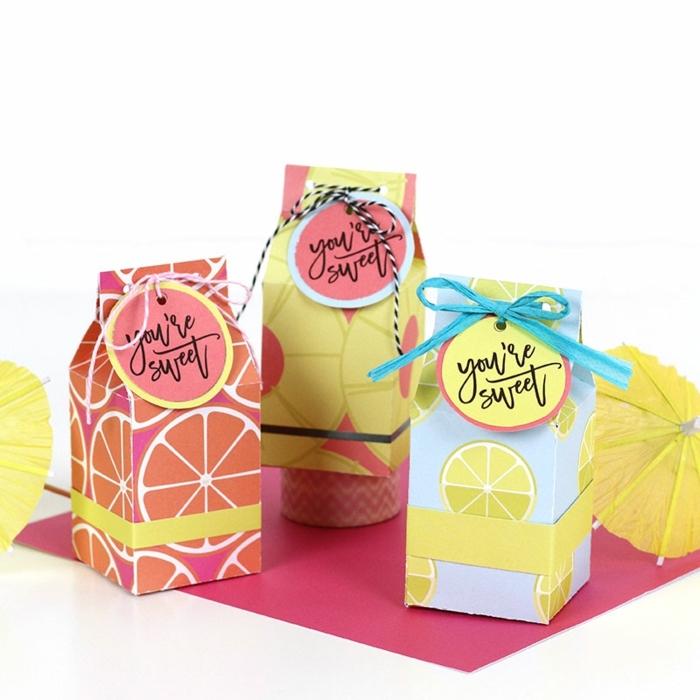 ideas originales y coloridas sobre como decorar una caja de cartón, decoración casera con materiales reciclados