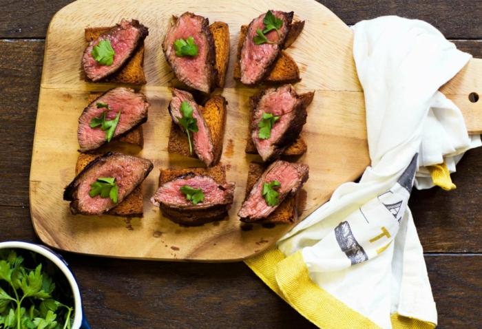 aperitivos faciles y rapidos con carne de ternera, tostadas con trozos de carne de ternera y perejil