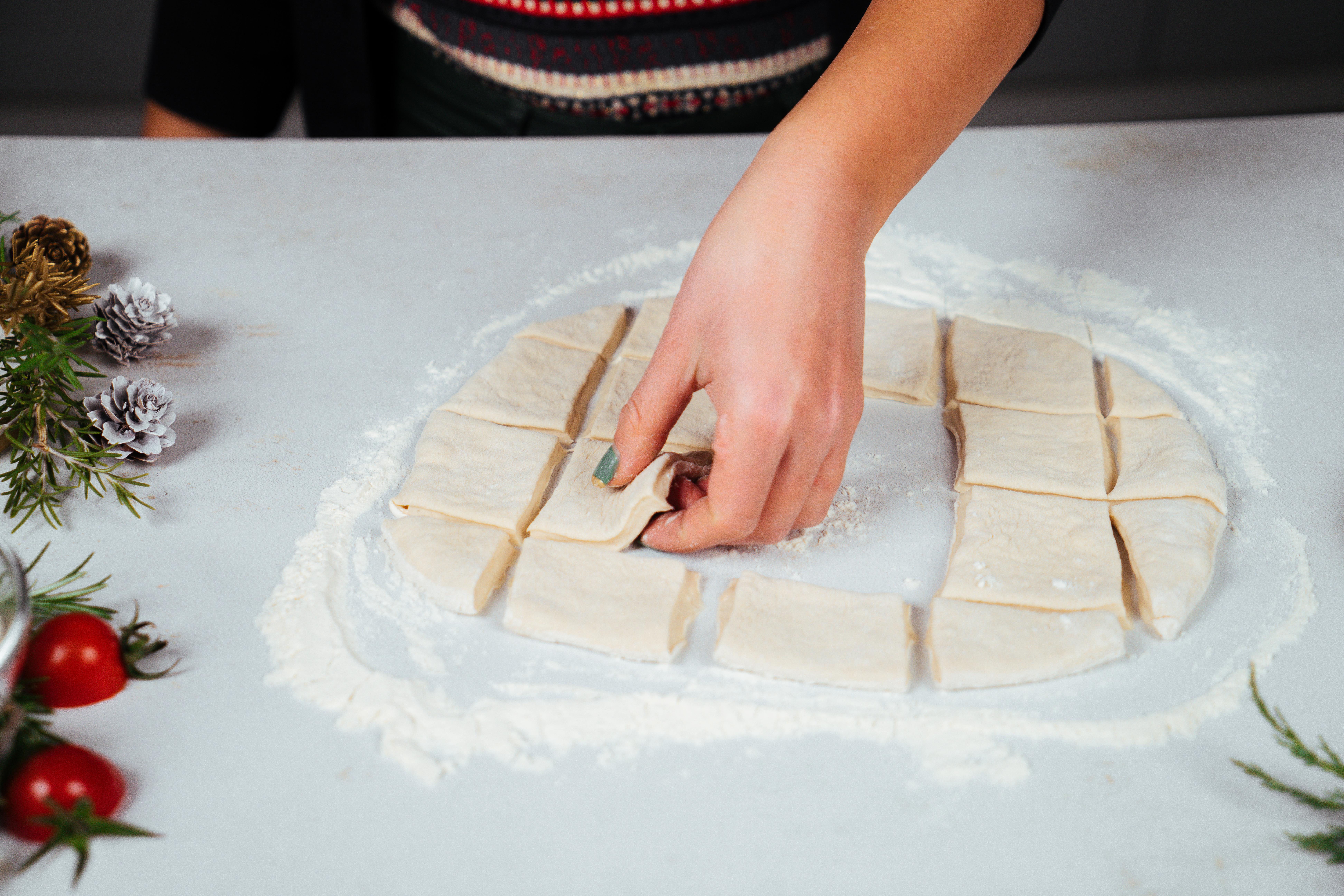 como hacer un pan navideño paso a paso, mini empanadas de masa para pizza, recetas en fotos con todas las etapas de preparacion