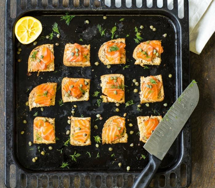 como hacer canapes para Navidad, tostadas con alcaparras y jamón ahumado, aperitivos ricos y fáciles de hacer