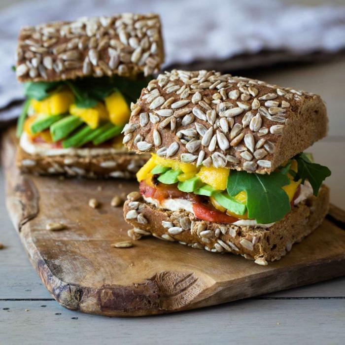 ideas de recetas para vegetarianos principiantes super ricas, bocadillos saludables con pan integral aguacate y mango