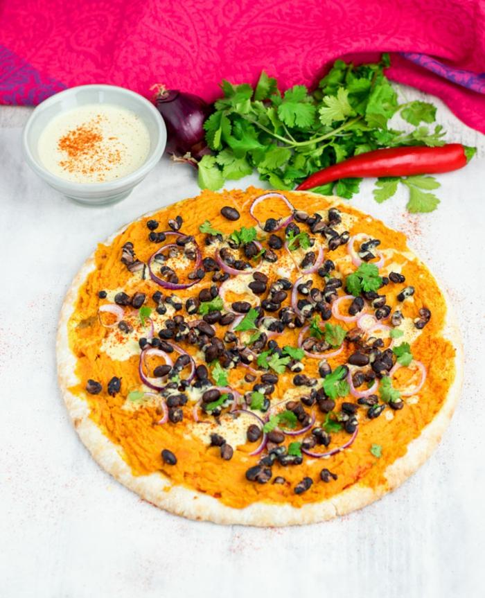recetas veganas rapidas, ricas y saludables, pizza vegana con puré de calabaza, frijoles negros y perejil