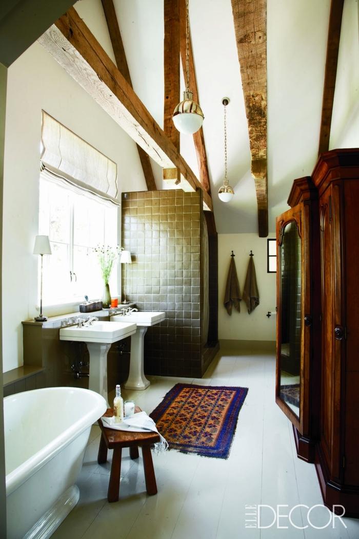 ideas sobre como hacer reformas de baño, baño decorado en estilo rústico, techo con vigas, muebles de madera de época