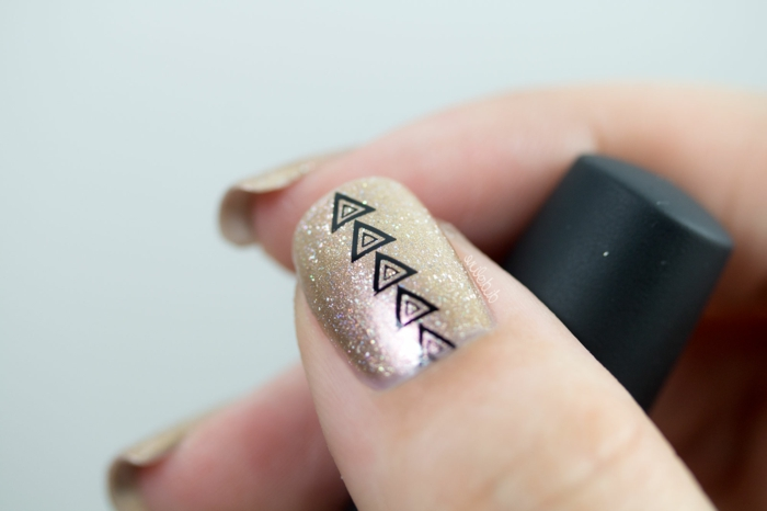 ideas de uñas acrilicas o de gel, uñas pintadas en dorado con elementos decorativos geométricos en negro