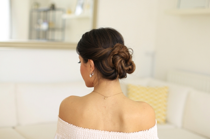 impresionantes propuestas de peinados recogidos faciles, moño alto super elegante, ideas de peinados cabello largo