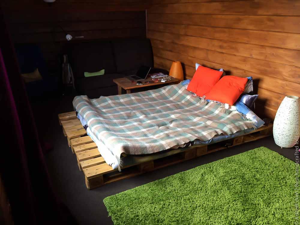 ideas para hacer una cama de palets DIY, grande dormitorio con cama de palets, paredes de madera
