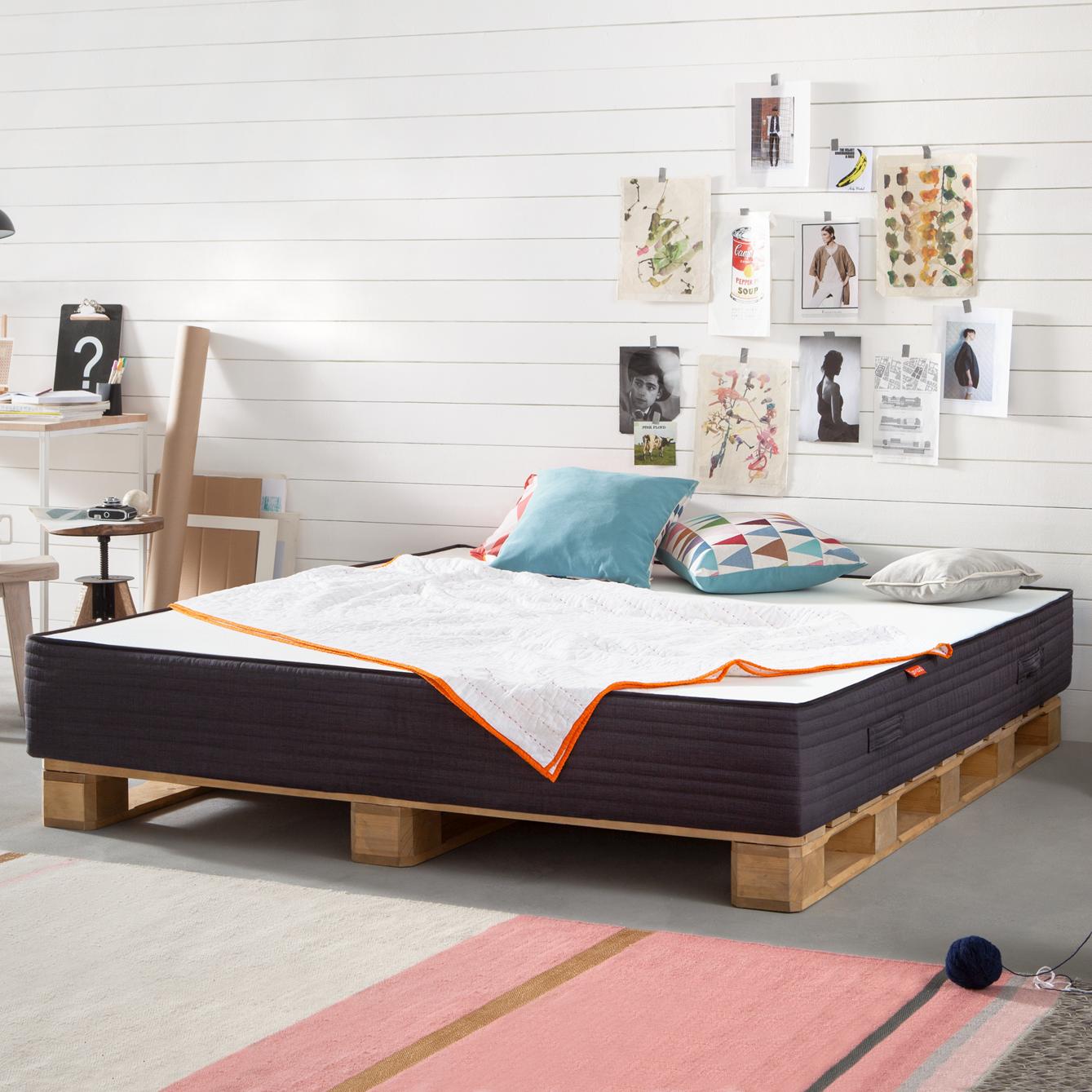 muebles de palets decorados con encanto, precioso dormitorio decorado con muchos elementos decorativos, cama de palets DIY