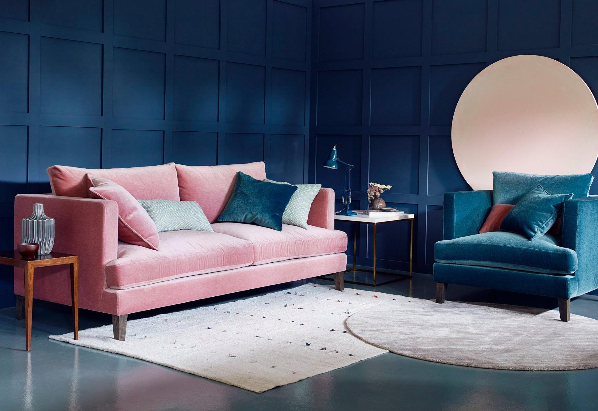 combinaciones de colores para pintar las paredes 2019, rosado pastel y azul oscuro, ideas sobre qué colores se llevan para pintar un salón