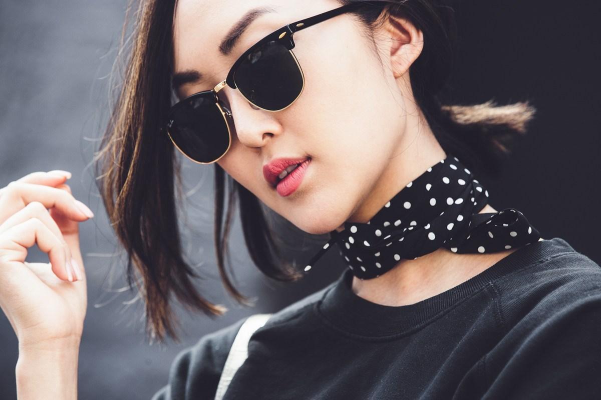 diferentes formas de ponerse un pañuelo, tendencias moda mujer 2018, pañuelo de seda negro con lunares blancas