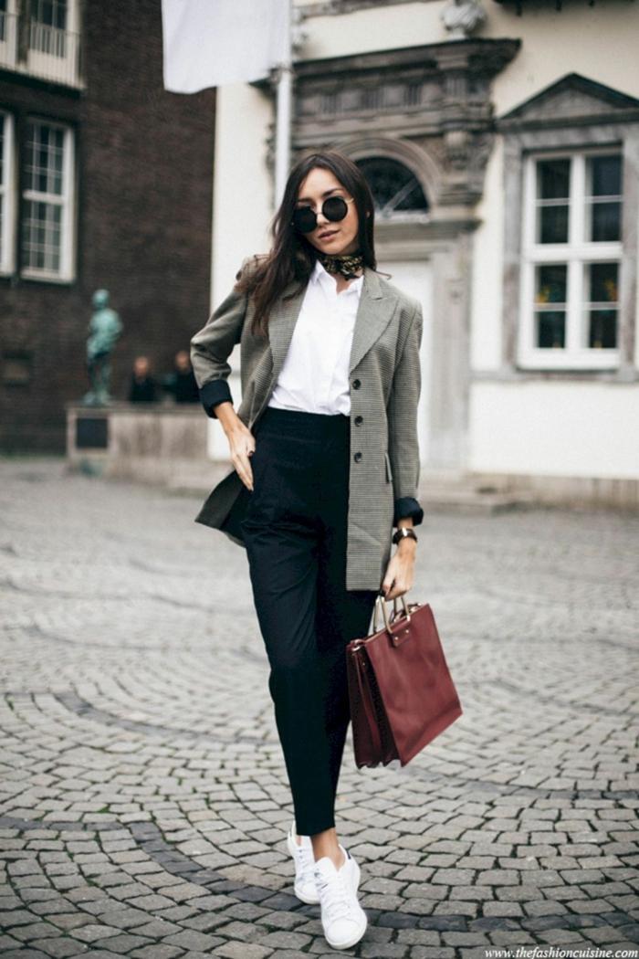 outfit moderno para otoño invierno 2018 2019, pantalones cintura alta, zapatillas blancas, chaqueta larga, bolso de piel