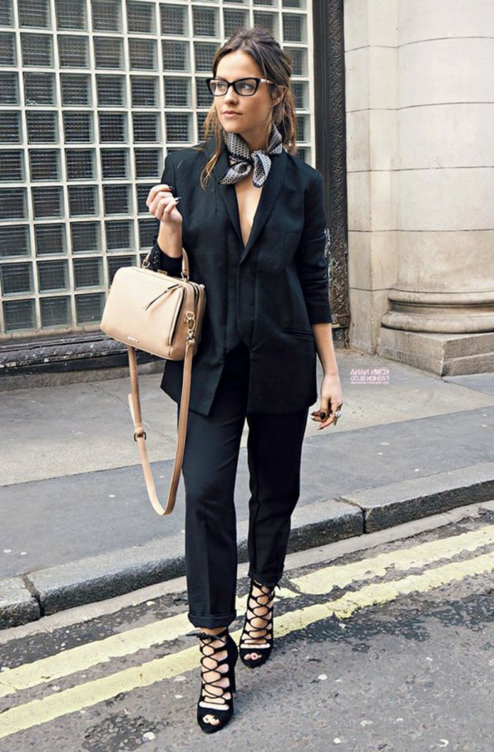 atuendo elegante y chic, pantalones negros hasta el tobillo, chaqueta larga negra, bolso en color beige