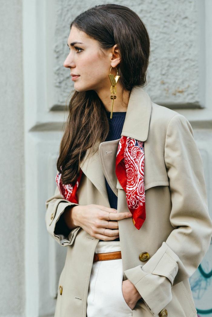 como ponerse una bufanda o pañuelo para completar tu look, abrigo en beige, pantalones blancos y blusa azul