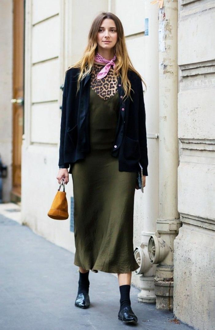 ideas de atuendos extravagantes, vestido largo hasta la mitad de la pantorrilla, chaqueta negra, pañuelo en rosado