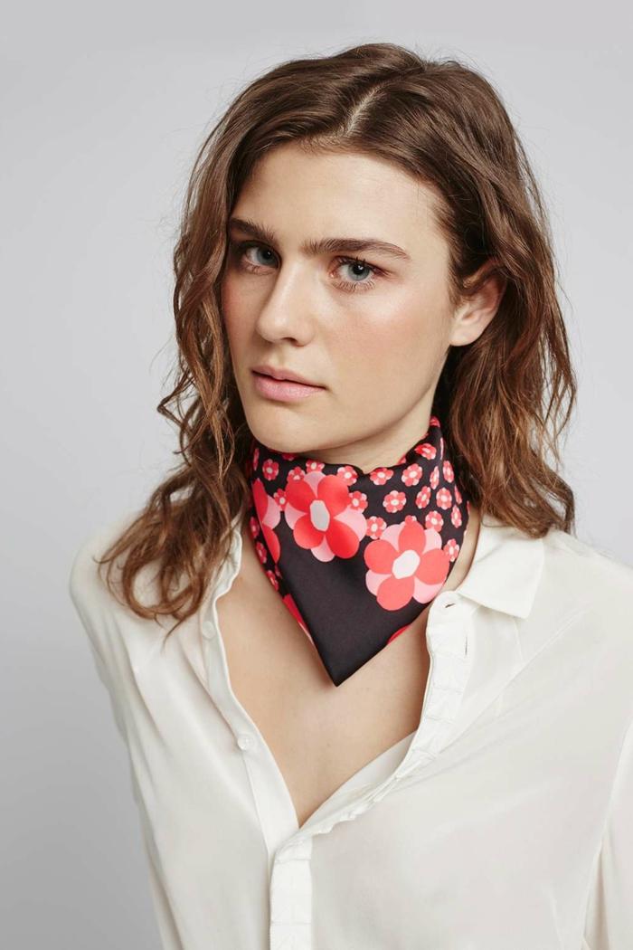 originales propuestas sobre como ponerse un pañuelo en el cuello, camisa blanca, pequeño pañuelo de seda con motivos florales