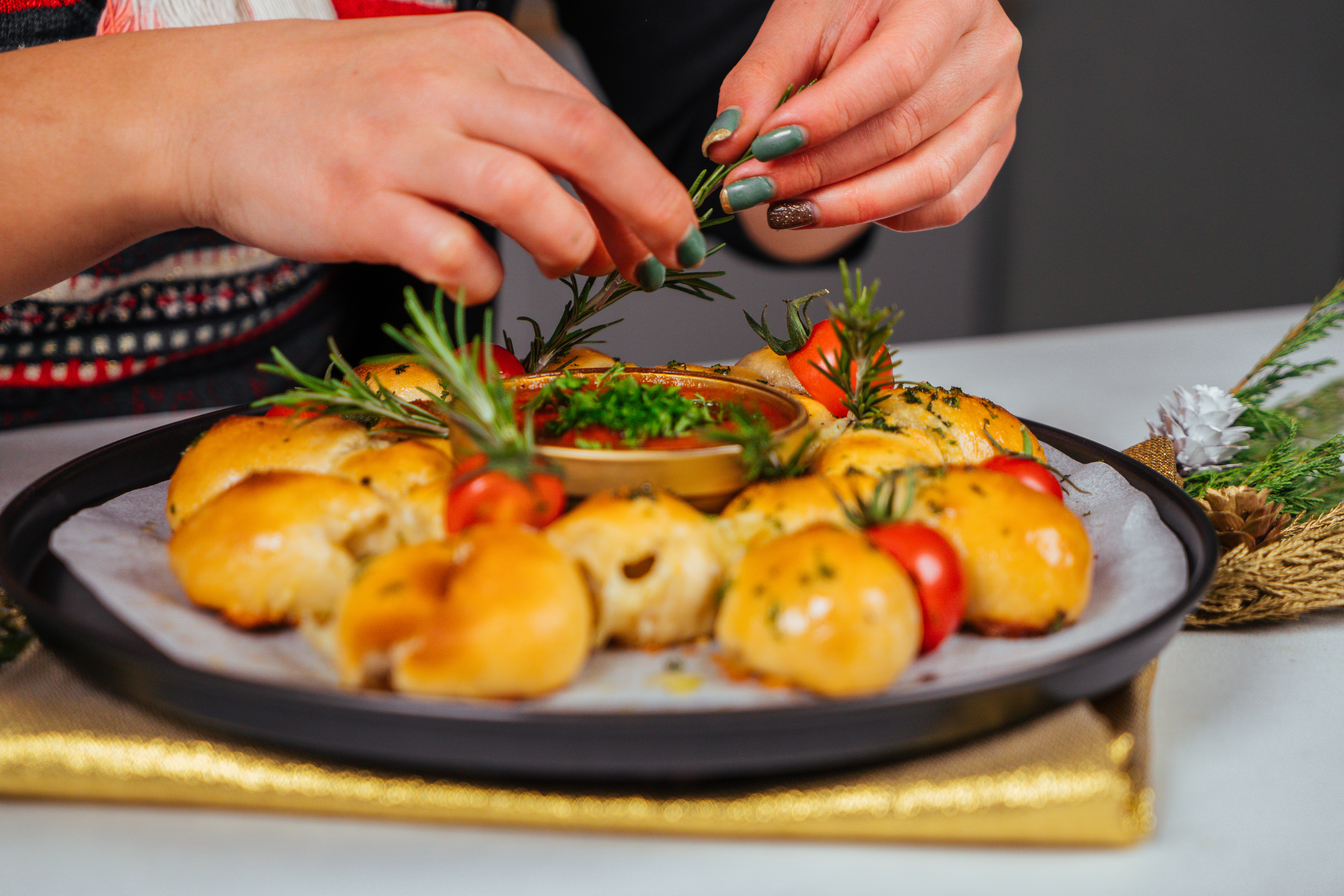 recetas caseras de pan navideño, mini panes de masa para pizza con salsa de tomates, romero fresco, tomates uva