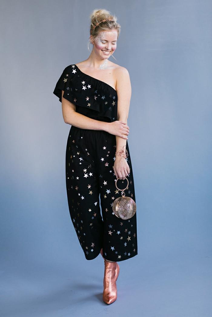 disfraces sencillos de Halloween para mujeres, elegante prenda en negro con estampado de estrellas, maquillaje estrellas